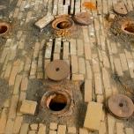 Ouvertures au dessus du four permettant de faire tomber le charbon de bois